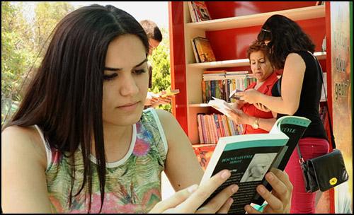 İzmir Karşıyaka Belediyesi'nden Ödünç Kitap Stantları