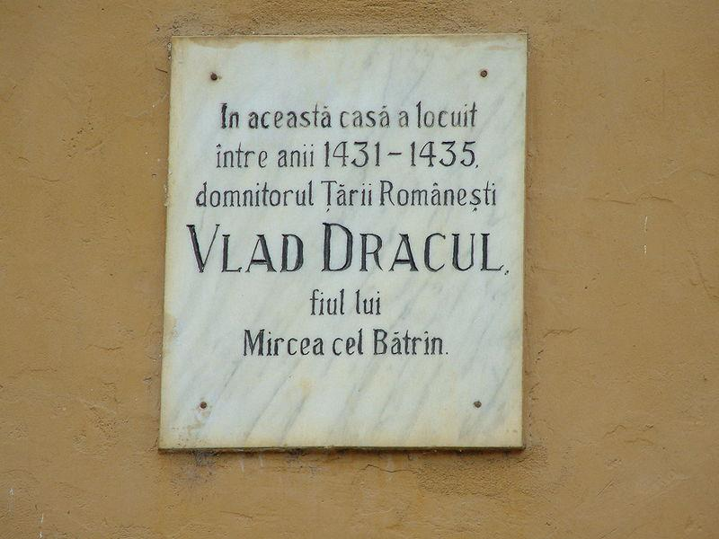 Sighişoara'da Drakula'nın doğduğu evi gösteren levha