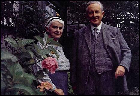 """""""J.R.R. Tolkien"""" 122 Yaşında!"""